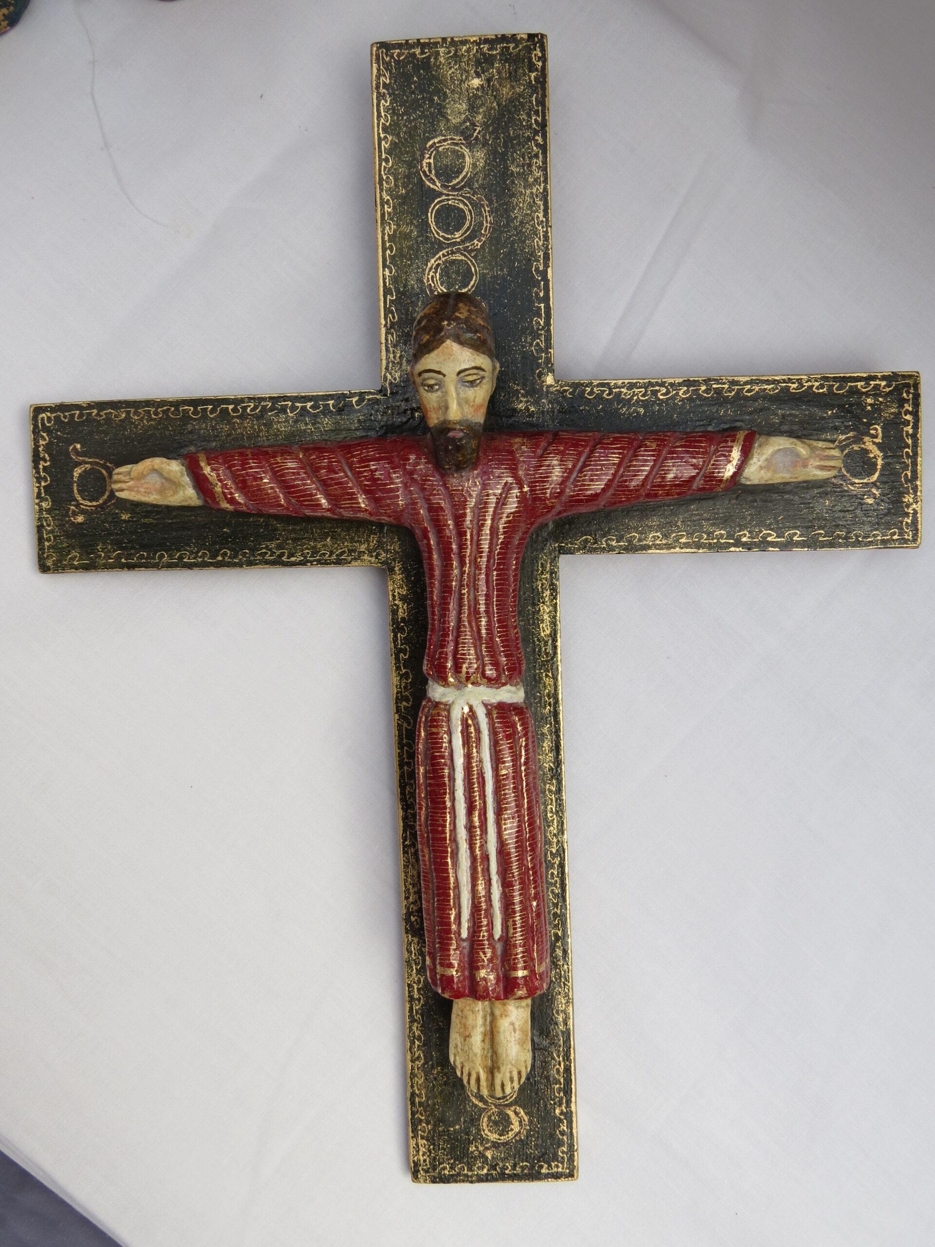 Cristo románico policromado con cruz